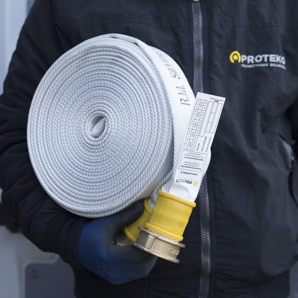 Operatore con idrante antincendio